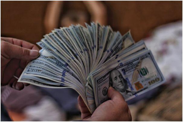 oamenii ajută să câștige bani